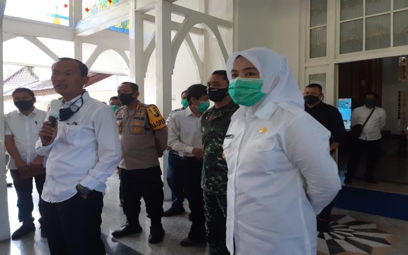 Walikota Palembang Harnojoyo (kiri) bersama Wakil Walikota Palembang Fitrianti Agustinda (kanan) saat memberikan keterangan terkait evaluasi PSBB di Kota Palembang. bisnis - dinda wulandari