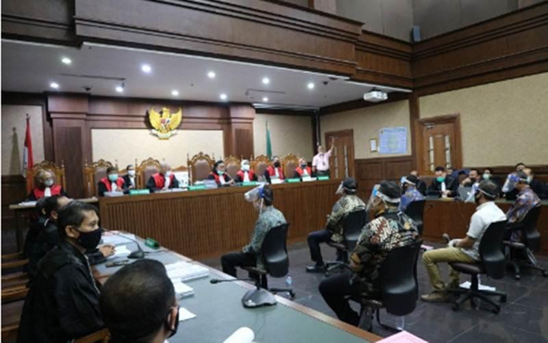 Tujuh orang hakim memimpin sidang pembacaan dakwaan perkara dugaan korupsi pengelolaan dana dan penggunaan dana investasi pada PT. Asuransi Jiwasraya (Persero) menjalani sidang pembacaan dakwaan di pengadilan Tindak Pidana Korupsi (Tipikor) Jakarta pada Rabu (3/6/2020). - Antara/Desca Lidya Natalia