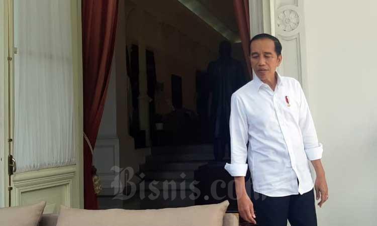 Presiden Joko Widodo berjalan menemui wartawan sebelum memberikan keterangan di Jakarta, Selasa (3/3 - 2020). Bisnis/Muhammad Khadafi