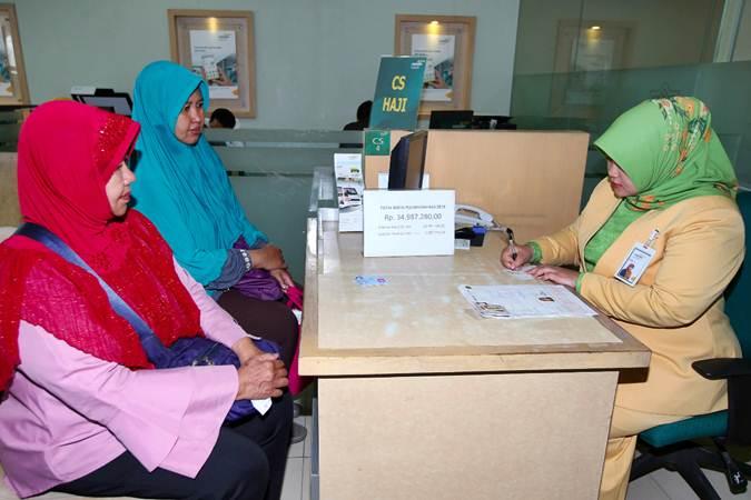 Nasabah melakukan pelunasan Biaya Penyelenggaraan Ibadah Haji (BPIH) di Bekasi, Jawa Barat, Selasa (19/3/2019). - Bisnis/Abdullah Azzam