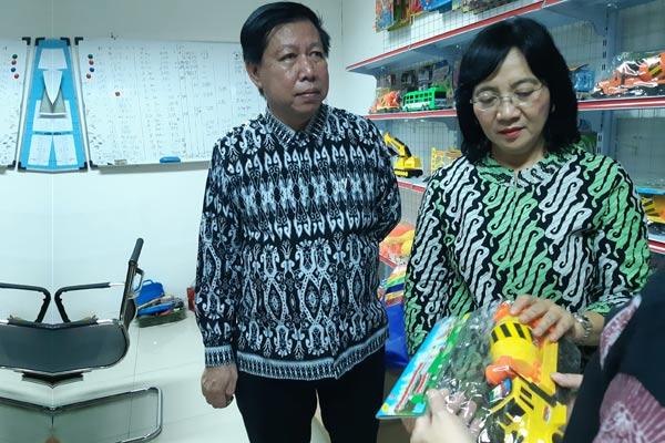 Ketua Asosiasi Mainan Indonesia Sutjiadi Lukas (kiri) saat berkunjung ke pabrik PT Megah Plastik di Tangerang, Selasa (7/5 - 2019)