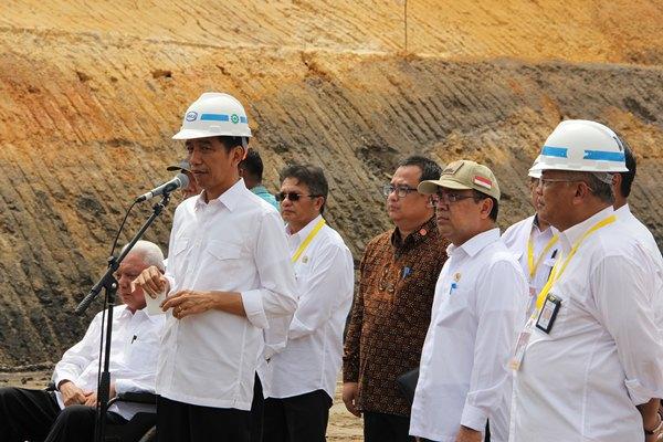 Presiden Joko Widodo memberikan keterangan pers seusai meninjau progres pembangunan jalan tol Balikpapan-Samarinda di Kalimantan Timur, Kamis (24/3/2016). Proyek jalan tol yang diperkirakan menyerap investasi sebesar Rp13 triliun ini diharapkan rampung pada 2018. - Bisnis/Siti Munawaroh