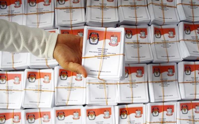 Tenaga relawan menunjukkan surat suara pilkada Wali Kota dan Wakil Wali Kota Makassar yang telah disortir, di kantor KPU Makassar, Sulawesi Selatan, Rabu (13/6) - Antara