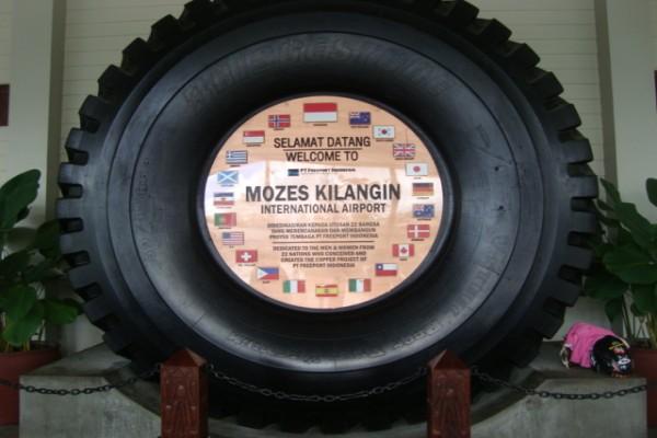 Ucapan selamat datang di Bandara Internasional Mozes Kilangin di Timkika, Papua. - Antara