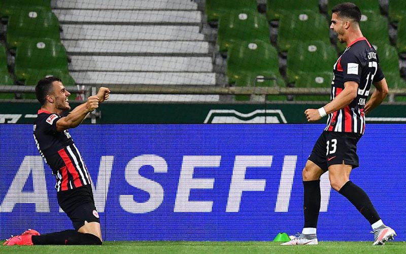 Dua penyerang andalan Eintracht Frankfurt, Filip Kostic (kiri) dan Andre Silva, merayakan gol pertama ke gawang Werder Bremen. - Bundesliga.com
