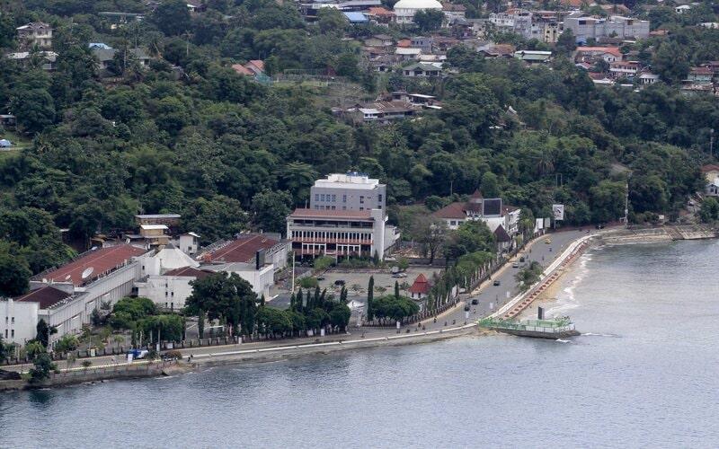 Suasana lengang di kawasan jalan utama Jayapura, Papua, Senin (30/3/2020). Mulai 8 Juni 2020 para ASN di Papua akan kembali bekerja di kantor - Antara/Gusti Tanati