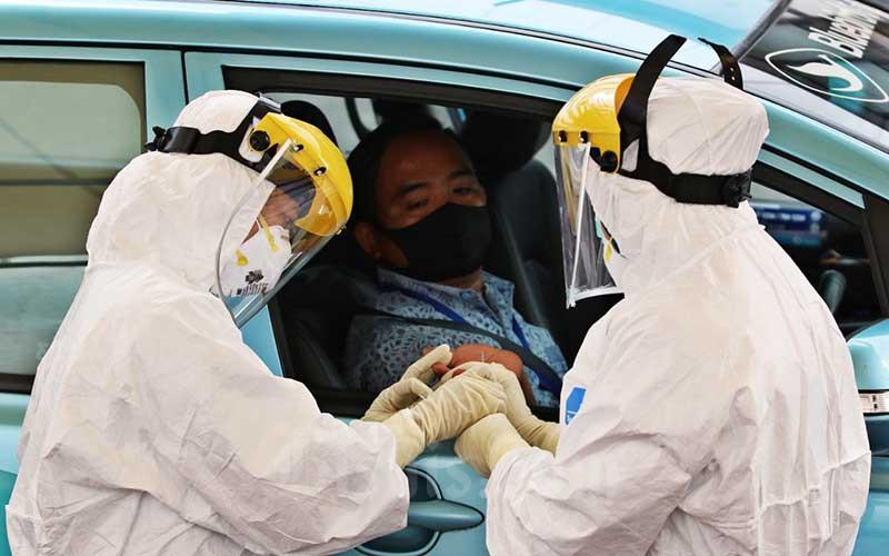 Ilustrasi-Petugas medis melakukan tes cepat (Rapid Test) Covid-19 kepada pengemudi angkutan umum di Kantor Pusat Kementerian Perhubungan, Jakarta, Senin (20/4/2020). - Bisnis/Eusebio Chrysnamurti