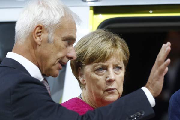 CEO VW Matthias Mueller berbicara dengan Kanselir Jerman Angela Merkel saat acara pembukaan Frankfurt Motor Show (IAA) 2017 di Frankfurt, Jerman, Kamis (14/9).  - REUTERS
