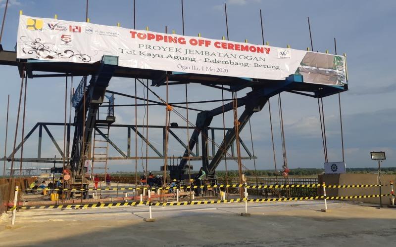 Pengerjaan pengecoran terakhir Jembatan Ogan yang merupakan jembatan di Tol Kayuagung--Palembang--Betung. - Bisnis/Dinda Wulandari