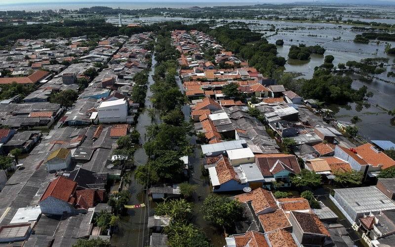 Foto udara kondisi banjir rob di Slamaran, Pekalongan, Jawa Tengah, Rabu (3/6/2020). Menurut Badan Penanggulangan Bencana Daerah (BPBD) Kota Pekalongan, sekitar 80 persen wilayah Pekalongan Utara di tujuh kelurahan terdampak banjir rob dengan ketinggian antara 10-50 centimeter yang menyebabkan beberapa warga mengungsi ke tempat pengungsian yang telah disediakan. - Antara/Harviyan Perdana Putra