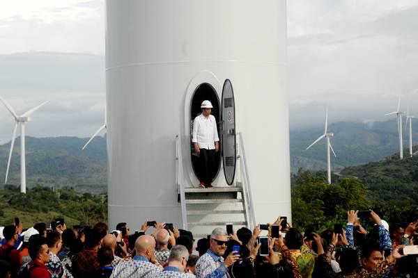 Presiden Joko Widodo keluar dari turbin kincir angin usai meresmikan Pembangkit Listirk Tenaga Bayu (PLTB) di Desa Mattirotasi, Kabupaten Sidrap, Sulawesi Selatan, Senin (2/7/2018). - ANTARA/Abriawan Abhe