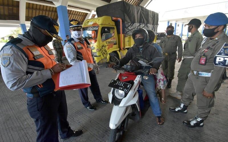 Petugas mendata pemudik dan kendaraan yang memasuki wilayah Badung dan Denpasar dalam operasi penyekatan arus balik Lebaran di Terminal Mengwi, Badung, Bali, Kamis (4/6/2020). Pemeriksaan dilakukan secara bertahap di sejumlah kawasan setelah adanya dugaan lolosnya para pendatang dari Jawa hingga ke kabupaten lain di Bali tanpa adanya kelengkapan surat keterangan terutama keterangan sehat / bebas COVID-19. - Antara/Nyoman Hendra Wibowo