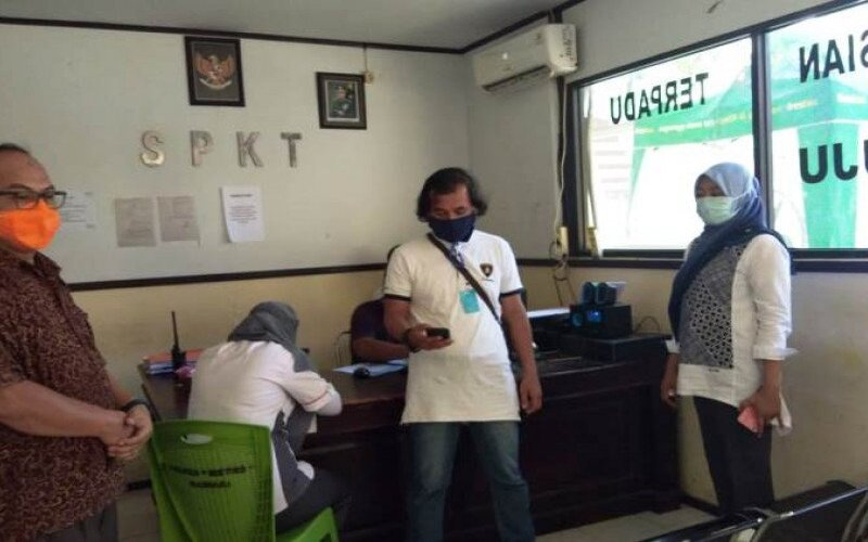 Anggota tim Gugus Tugas Percepatan Penanganan Covid-19 Kabupaten Mamuju saat melaporkan kasus penganiayaan di Kantor Polresta Mamuju, Kamis (4/6/2020). - Antara/Istimewa
