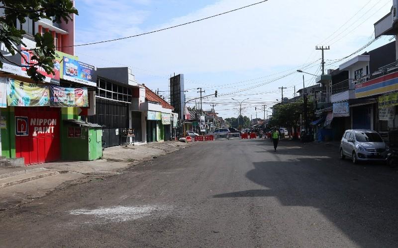 Ruas jalan di Kecamatan Sumber, Kabupaten Cirebon, ditutup sementara untuk mencegah penyebaran wabah Covid-19. - Bisnis/Hakim Baihaqi