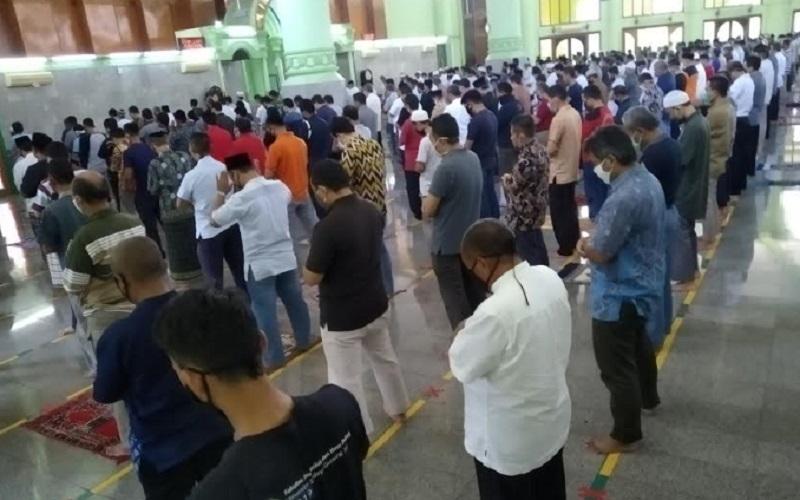 Pelaksanaan ibadah salat Jumat kembali dilaksanakan di Masjid Agung Sumber, Kecamatan Sumber, Kabupaten Cirebon, Jumat (5/6/2020), setelah ditiadakan selama lebih dari dua bulan akibat adanya penyebaran wabah Covid-19. - Bisnis/Hakim Baihaqi