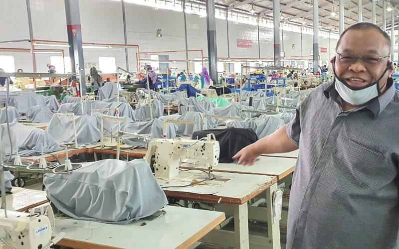 Anggota DPRD DIY menunjukkan beberapa mesin perusahaan yang berhenti karena sebagian pekerja terpaksa diliburkan, Rabu (29/4/2020).  - Ist/DPRD DIY.