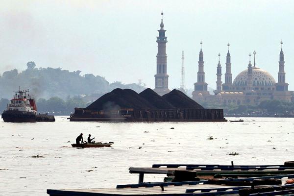 Kapal tongkang pengangkut batu bara melintasi sungai Mahakam, di Samarinda, Kalimantan Timur, Minggu 23/4). - JIBI/Paulus Tandi Bone