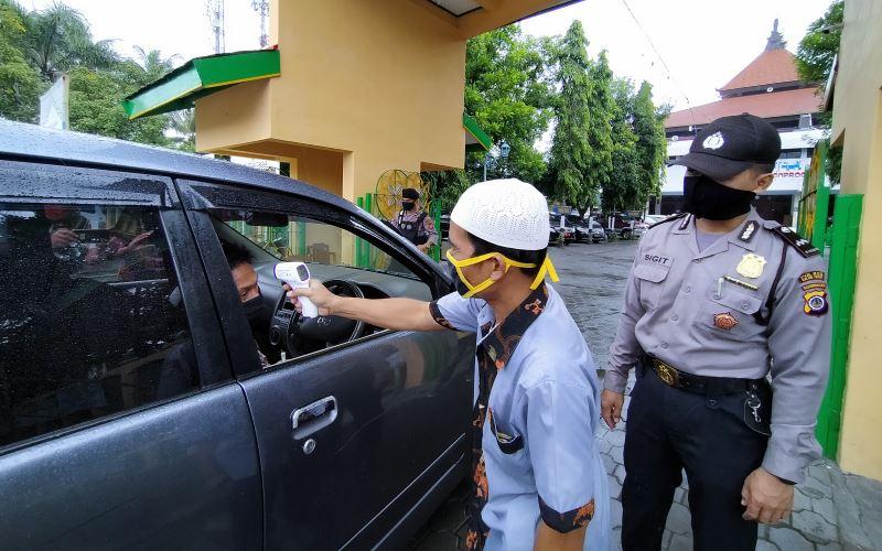 Seorang anggota jemaah dicek suhu tubuhnya sebelum memasuki area Masjid Agung Wates, Kulonprogo, Jumat (5/6/2020). - Harian Jogja/Jalu Rahman Dewantara
