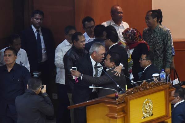 Menteri Pekerjaan Umum dan Perumahan Rakyat Basuki Hadimuljono (tengah) berpelukan dengan sejumlah anggota DPR usai Sidang Paripurna yang membahas Rancangan Undang-Undang Tabungan Perumahan Rakyat (RUU Tapera) di Kompleks Parlemen Senayan, Jakarta, Selasa (23/2). Dalam sidang tersebut DPR mengesahkan RUU Tapera menjadi Undang-Undang.  - ANTARA