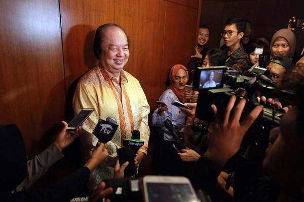 Pendiri Grup Mayapada Dato Sri Tahir menjawab pertanyaan wartawan usai bertemu Gubernur Bank Indonesia Perry Warjiyo untuk melaporkan penukaran uang dolar AS dan dolar Singapura senilai Rp2 triliun, di Jakarta, Senin (15/10/2018). - JIBI/Dwi Prasetya