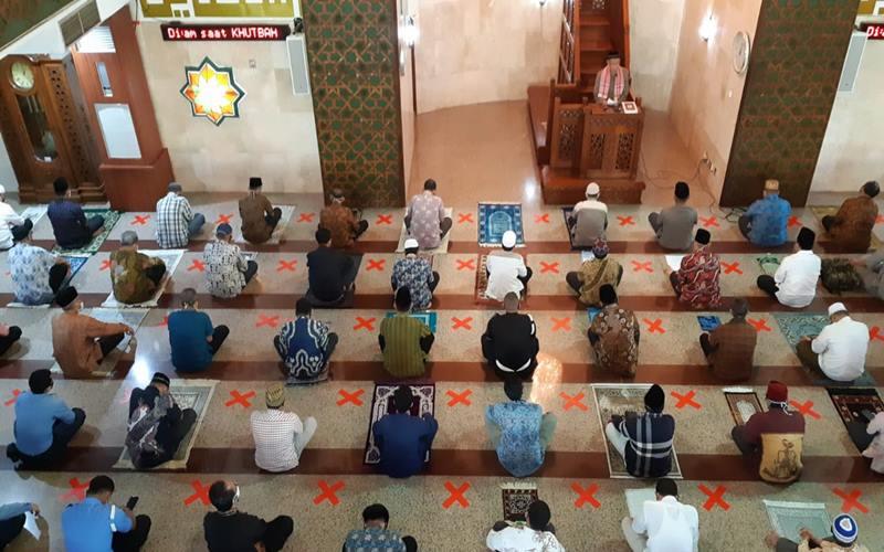 Pelaksanaan salat Jumat untuk pertama kali sejak 13 pekan terakhir dilangsungkan hari ini, Jumat (5/6/2020), di Masjid Baiturrahman, Kompeks DPR dengan menggunakan protokol kesehatan Covid-19. JIBI - Bisnis/John Andi Oktaveri