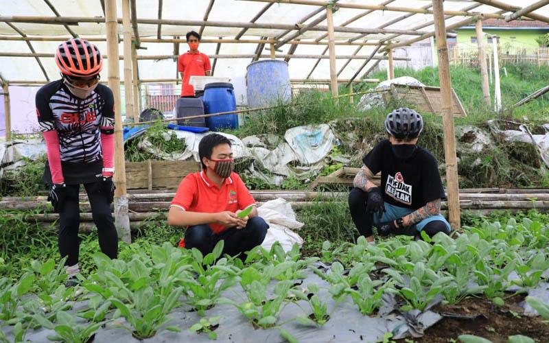 Gubernur Jawa Tengah Ganjar mengunjungi petani millenial di Desa Kopeng Kabupaten Semarang Sabtu (6/6 - 2020). Para petani organik itu mengaku berhasil menaikkan omsetnya hingga 300% selama pandemi Covid/19. Foto: Istimewa