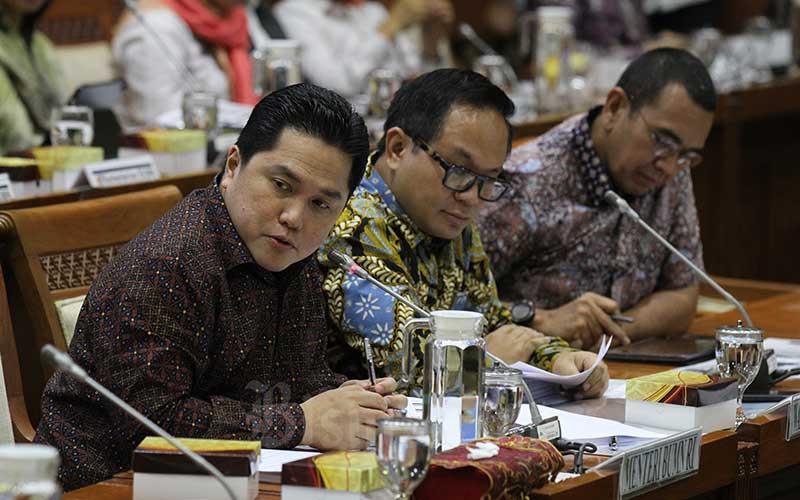 Menteri BUMN Erick Thohir (dari kiri) didampingi Wakil Menteri BUMN II Kartiko Wiroatmojo dan Staf Khusus Menteri BUMN Arya Sinulingga saat mengikuti rapat kerja dengan Komisi VI DPR RI di kompleks parlemen, Jakarta, Senin (2/12/2019). Bisnis - Arief Hermawan P