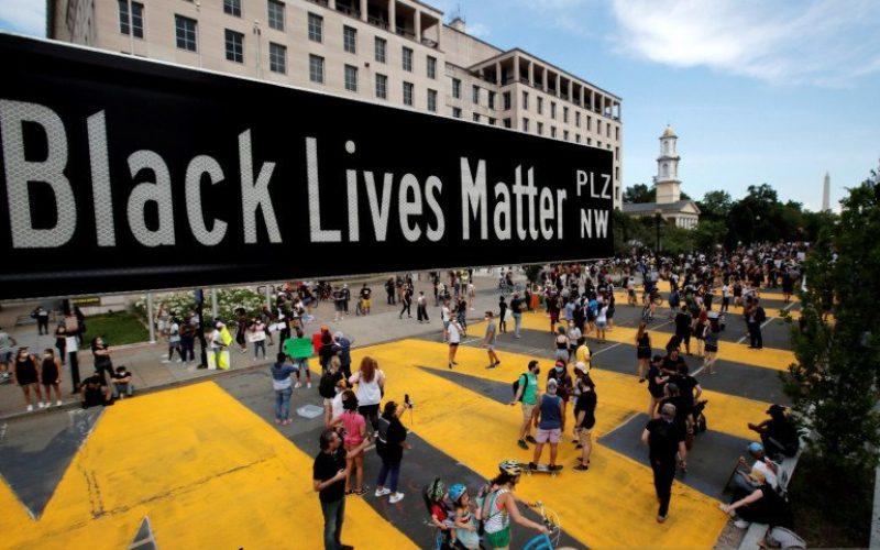 Sebuah tanda jalan Black Lives Matter Plaza terlihat di dekat St. John's Episcopal Church, saat protes atas kematian George Floyd saat ditahan oleh polisi Minneapolis terus berlanjut di Washington, Amerika Serikat, Jumat (5/6/2020)/Antara Foto - Reuters/Carlos Barria