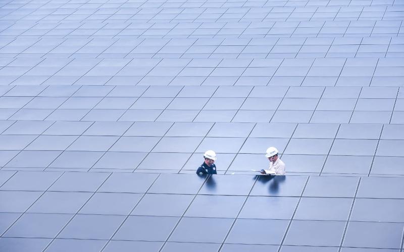 Petugas sedang melakukan pengecekan di sebuah pembangkit listrik tenaga surya. Istimewa -  PLN