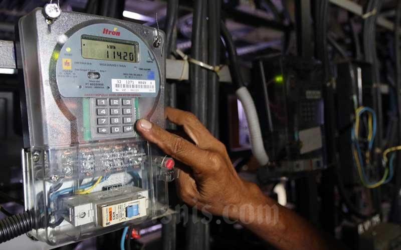 Petugas memeriksa meteran listrik di Rumah Susun Bendungan Hilir, Jakarta, Senin (4/5/2020). Bisnis - Eusebio Chrysnamurti