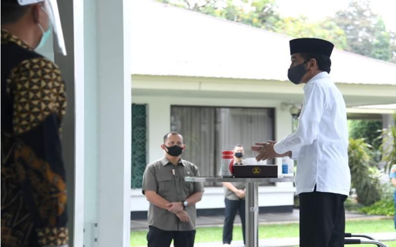 Presiden Joko Widodo mencuci tangan sebelummengikuti salat Jumat di Masjid Baiturrahim, Kompleks Istana Kepresidenan, Jakarta, pada Jumat, 5 Juni 2020. - Biro Pers Istana