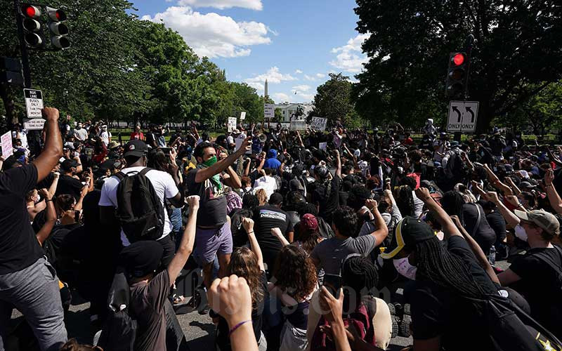 Demonstran berkumpul untuk memprotes kematian George Floyd di dekat Gedung Putih, Washington, Amerika Serikat, Minggu (31/5/2020). Bloomberg/AFP via Getty Images - Mandel Ngan