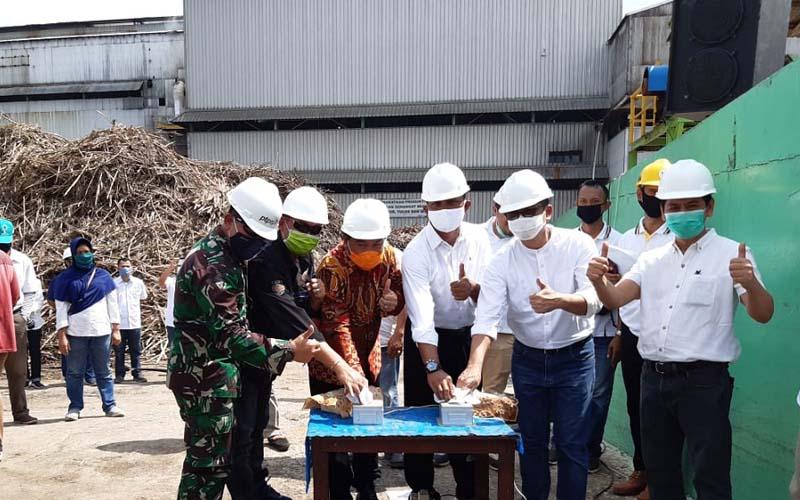 Direktur PTPN VII Doni P. Gandamihardja didampingi SEVP II Dicky Tjahyono, Sekretaris Kabupaten Ogan Ilir Herman, dan para stakeholder memencet tombol tanda mulainya giling tahun 2020, Sabtu (6/6/2020). - Istimewa