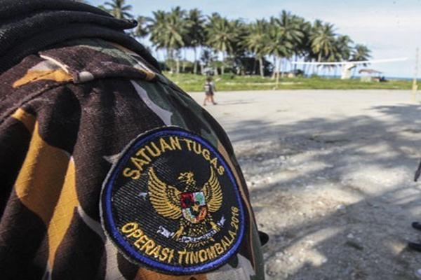 Prajurit melakukan penjagaan saat Operasi Tinombala 2016 di Posko Operasi Tinombala 2016 Sektor II Tokorondo, Poso, Sulawesi tengah, Selasa (16/8/2016). - Antara