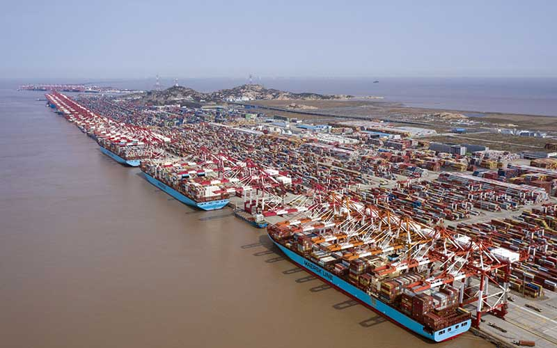 Foto udara kbongkar muat kontainer di Pelabuhan Yangshan Deepwater, Shanghai, China, Senin (23/3/2020). Bloomberg - Qilai Shen\n