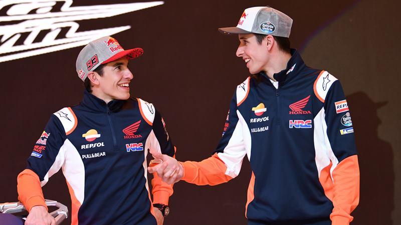 Pembalap Marc Marquez (kiri) dan pembalap Alex Marquez berbincang-bincang sebelum peluncuran tim Moto GP Repsol Honda di Jakarta, Selasa (4/2/2020). - ANTARA / Aditya Pradana Putra