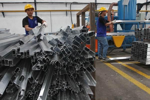 Aktivitas pekerja di pabrik aluminium milik Hyamn Group, di Cirebon, Jawa Barat, Rabu (25/4/2018). - JIBI/Endang Muchtar
