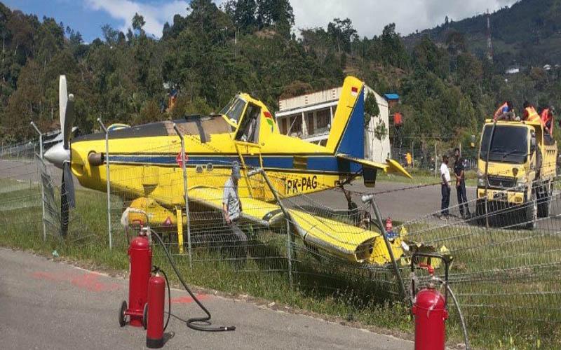 Pesawat Pelita Air yang angkut BBM tergelincir di Bandara Karubaga Tolikara, Selasa (9/6/2020). - ANTARA/Humas Polda Papua.