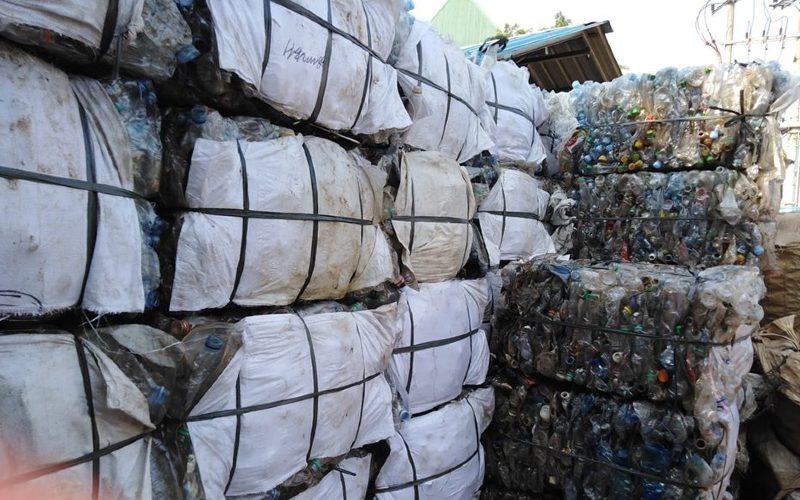 Limbah di gudang Alala Recycling, pengolahan sampah plastik jenis polyethylene terephtalate (PET) di Kabupaten Bogor. Siap diolah menjadi berjuta rupiah.