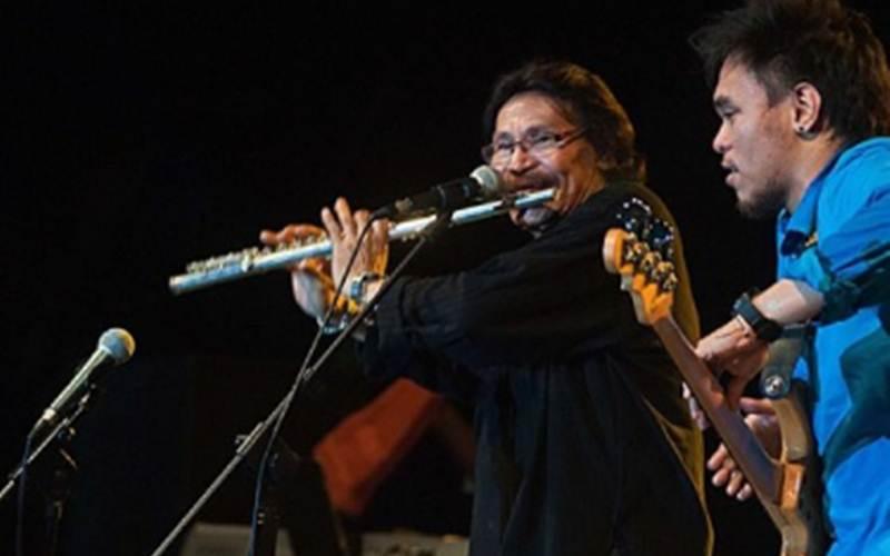 Musisi jazz senior Indonesia Benny Likumahuwa (kiri) saat berkolaborasi dengan sang anak, Barry Likumahua (kanan) dan Barry Likumahuwa Project pada Ambon Jazz Plus Festival (AJPF). - ANTARA/Embong Salampessy