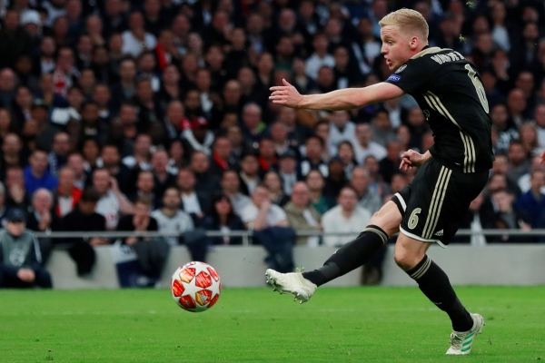 Pemain Ajax Amsterdam Donny van de Beek/Reuters - Andrew Couldridge