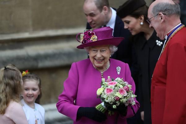 Ratu Elizabeth dan Pangeran William serta Catherine, Duchess of Cambridge, meninggalkan perayaan tahunan, Ibadah Paskah di Kapel St George di Kastil Windsor, Inggris, 1 April 2018. - Reuters