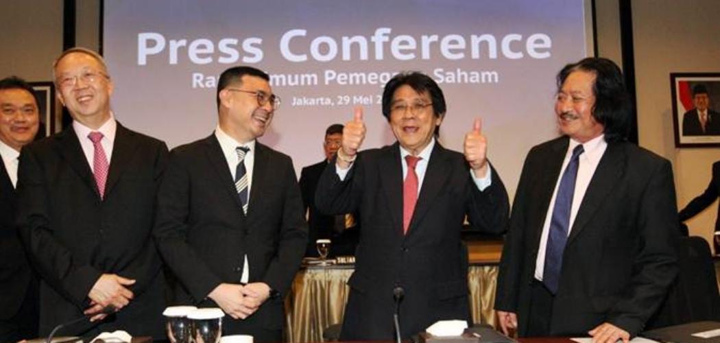 Direktur Utama PT Indofood Sukses Makmur Tbk. Anthoni Salim (kedua kanan) berbincang dengan Direktur Thomas Tjhie (dari kiri), Direktur Axton Salim, dan Direktur Franciscus Welirang usai Rapat Umum Pemegang Saham Tahunan (RUPST) dan Rapat Umum Pemegang Saham Luar Biasa (RUPSLB), di Jakarta, Rabu (29/5/2019). Emiten berkode saham INDF ini merupakan induk usaha PT Indofood CBP Sukses Makmur Tbk. - Bisnis/Dedi Gunawan