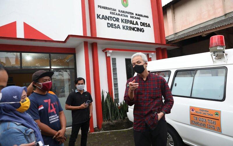 Gubernur Jawa Tengah Ganjar Pranowo mengunjungi Desa Krincing, yang menjadi Desa terbanyak kasus Covid-19 di Kabupaten Magelang, Rabu (10/6 - 2020).