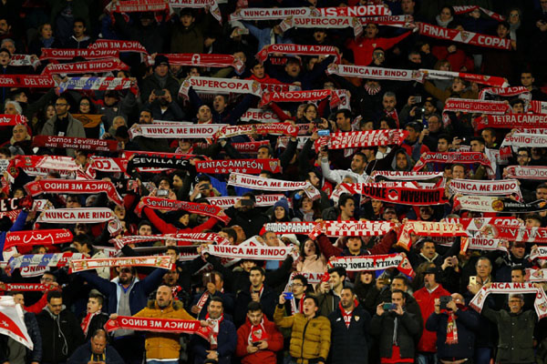 Suporter Sevilla akan menyaksikan kembali sajian La Liga Spanyol./Reuters - Marcelo del Pozo