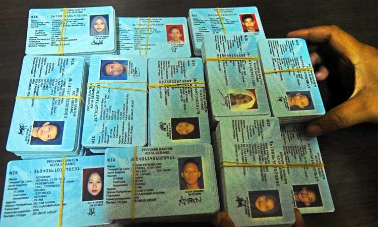 Ilustrasi - Petugas mencetak KTP (Kartu Tanda Penduduk) Elektronik di Kantor Disdukcapil Kota Serang, Banten, Rabu (4/3/2020). Dirjen Dukcapil Kemendagri Arif Fakrulloh melarang seluruh Dinas Kependudukan menerbitkan Surat Keterangan (Suket) sebagai pengganti KTP karena blanko E-KTP sudah tersedia dan mencukupi sehingga semua pemohon KTP sudah harus bisa dilayani. ANTARA FOTO - Asep Fathulrahman
