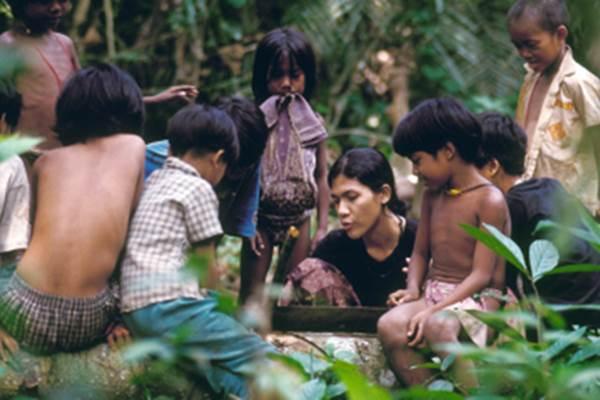 Butet Manurung saat mengajar anak-anak Suku Anak Dalam - Antaranews.com