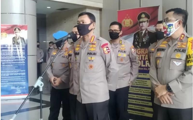 Kapolri Jenderal Pol Idham Azis (tengah) dan Kakorlantas Polri Irjen Pol Istiono (kanan) memberikan keterangan pers usai rapat konferensi video Operasi Ketupat 2020 di Kantor NTMC Polri, Jakarta, Selasa (26/5/2020). - Antara