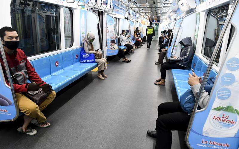 Penumpang berada di dalam MRT Jakarta, di Jakarta, Senin (6/4/2020). Pasca diterbitkannya Permenkes tentang Pembatasan Sosial Berskala Besar (PSBB) dalam rangka Percepatan Penanganan COVID-19, moda transportasi MRT, KRL, LRT, dan Transjakarta mulai dilakukan pembatasan armada dan jam operasional. ANTARA FOTO - Muhammad Adimaja