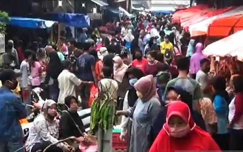 Pasar Perumnas Klender diserbu konsumen yang mencari kebutuhan Lebaran seperti daging dan cangkang ketupat, Sabtu (23/5/2020) pagi. - ANTARA/Andi Firdaus